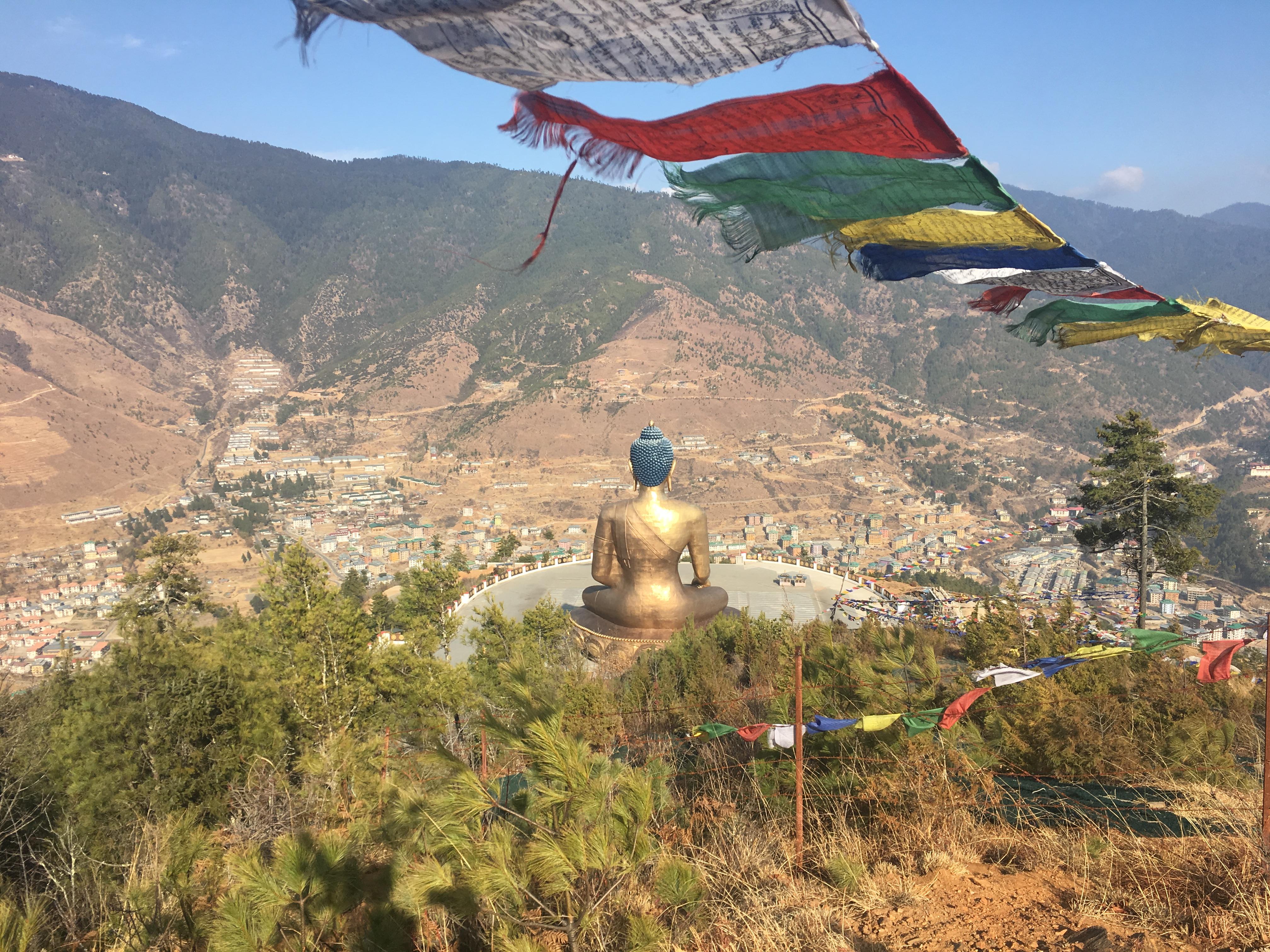 pohled shora na Thimpu, hlavní město Bhútánu